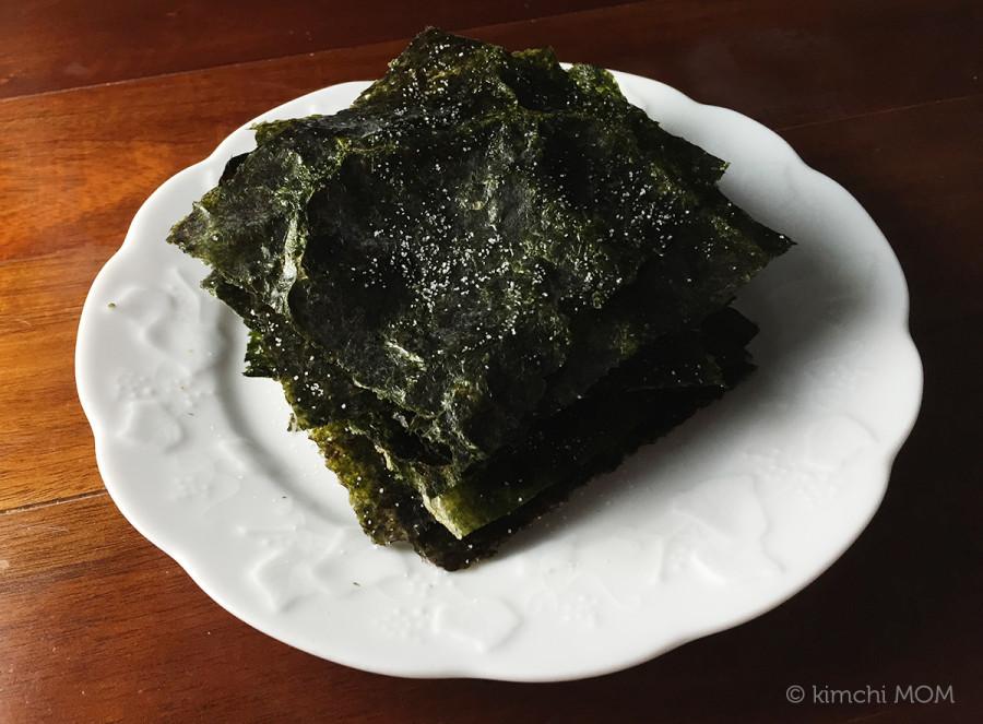 Roasted Seasoned Dried Seaweed (Gheem Gui / 김구이) | www.kimchimom.com