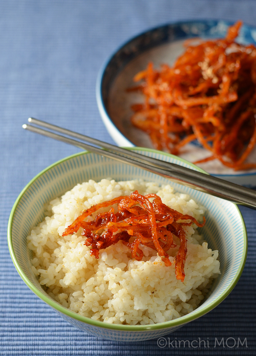 Korean Seasoned Dried Squid (Ojingeochae muchim) #SundaySupper | www.kimchimom.com